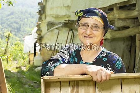 portraet einer gluecklichen muslimischen seniorin mit