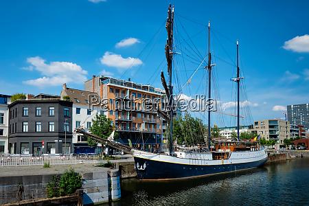 schiff in willemdock in antwerpen belgien