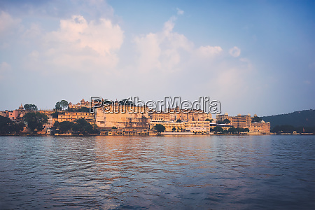 udaipur stadtpalast auf sonnenuntergang blick udaipur