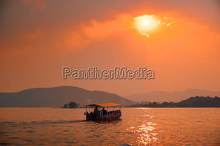 boat, in, lake, pichola, on, sunset. - 28478448