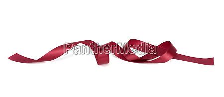 verdrehtes rotes seidenband mit biegungen isoliert