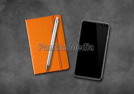 notebook stift und smartphone auf einem
