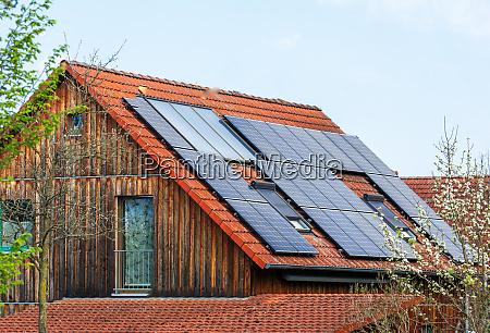 generisches modernes haus mit photovoltaik