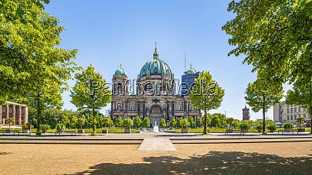 panoramablick auf die beruehmte berliner kathedrale