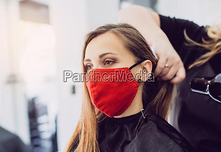 frau traegt rote gesichtsmaske immer frisches