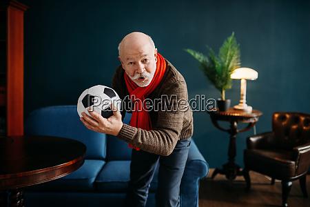 AElterer mann mit rotem schal und