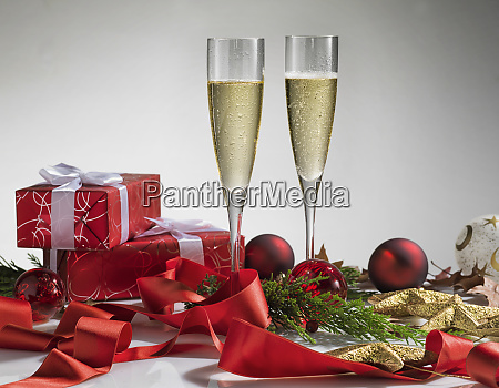 paar glas champagner neujahrsfeier oder weihnachtskonzept