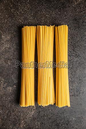 rohe italienische spaghetti pasta