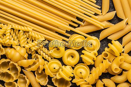 verschiedene arten von rohen italienischen pasta
