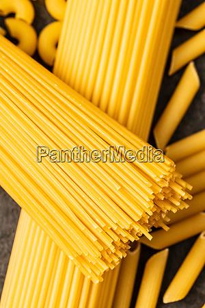 rohe italienische spaghetti pasta auf schwarzem