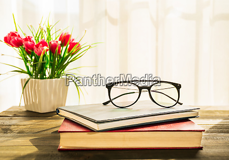 brillen werden auf buechergelegt