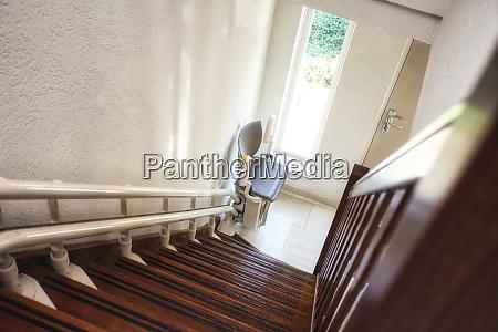 automatischer treppenlift auf treppenhaus fuer aeltere