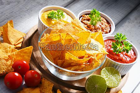 zusammensetzung mit schuessel von tortilla chips