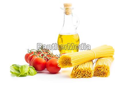 rohe spaghetti pasta kirschtomaten basilikumblaetter und