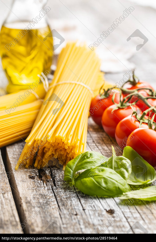 rohe, spaghetti, pasta, kirschtomaten, basilikumblätter, und, olivenöl. - 28519464