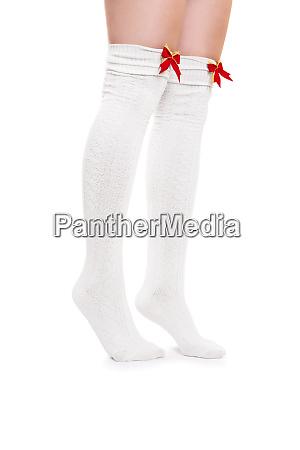 weibliche beine in weissen struempfen tiptoeing