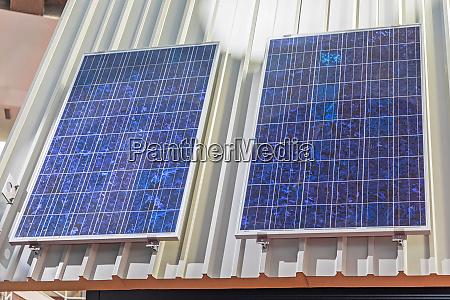 zwei solarpanel zellen am hausdach