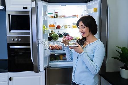 frau essen ungesundes essen