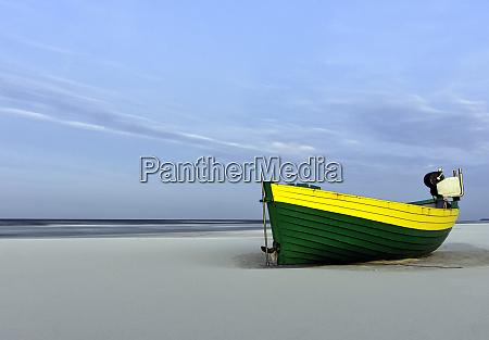 fischerboot am polnischen strand debki