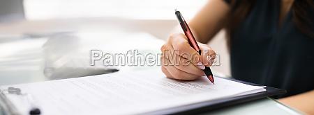 signieren von geschaeftsvertragsdokument und papier