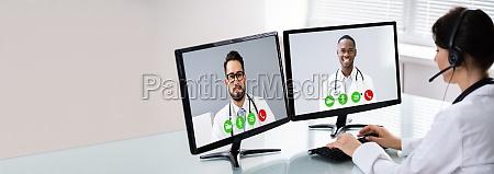 arzt mit online elearning video konferenz