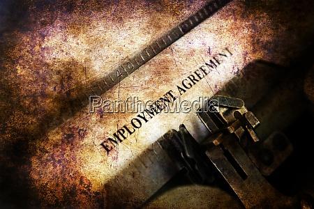 arbeitsvertrag auf vintage schreibmaschine