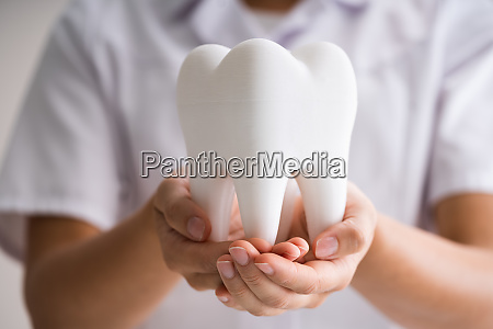 zahnarzt frau tun reinigung und zahnaufhellung