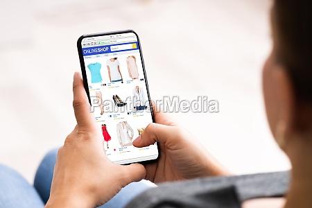 hand holding online ecommerce store geoeffnet