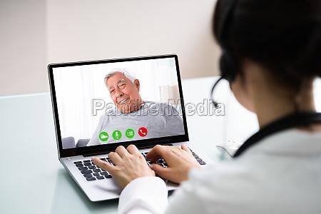 arzt im gespraech mit patienten durch