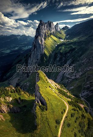 luftaufnahme von wanderweg bergen saxer luecke