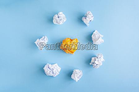 haufen zerknitterter weisser papierkugeln