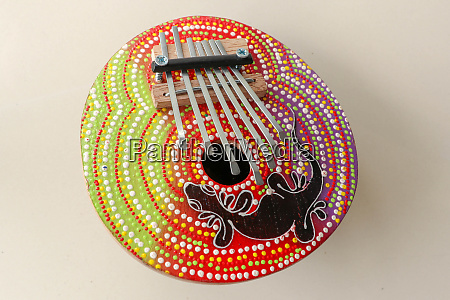 traditionelles musikinstrument karimba mit gecko eidechsen