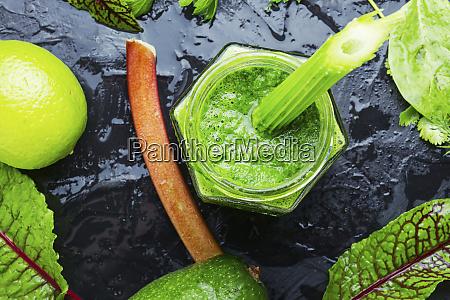 rhabarber und gruens smoothie