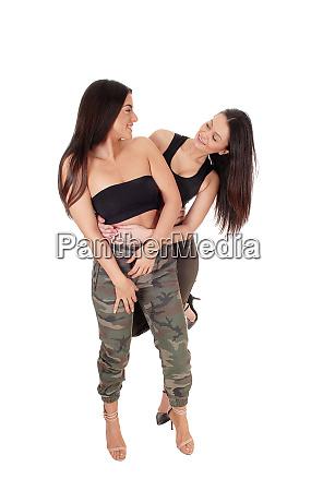 zwei schoene frau stehend einander anschauend