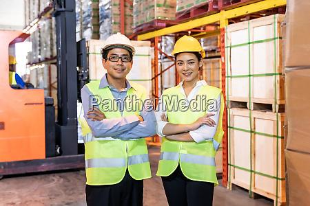 portraet des lagerleiters und arbeiters