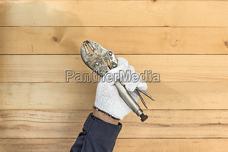 hand in hand handschuhhalten einstellbarer schraubenschluessel