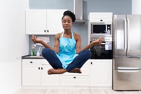gestresste afrikanische hausfrau meditieren