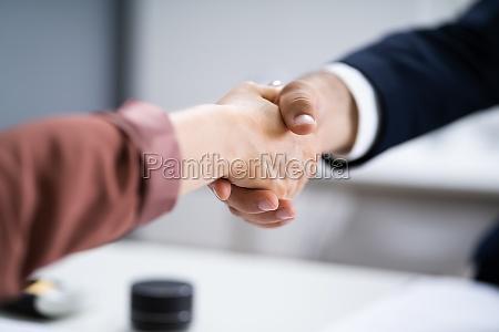 recruit manager handshake bei job interview