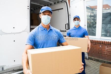 blaue lieferung maenner entladepaket von lkw