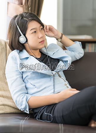 frau kurze haare hoeren musik im