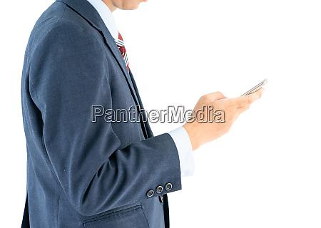 geschaeftsmann im anzug haelt smartphone