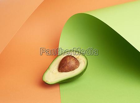 halb reife gruene avocado mit braunem