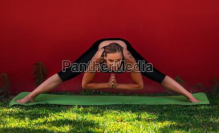 fit weibliche stretching im freien yoga