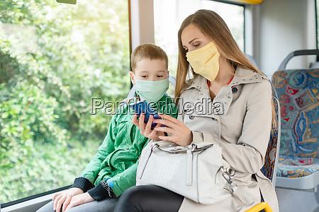 frau mit ihrem sohn im bus