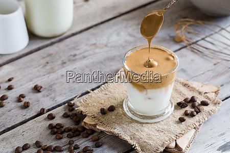 kaffee trend dalgona kaffee schlaggepeitschte