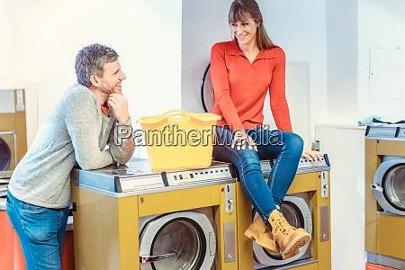 paar im waschsalon sprechen