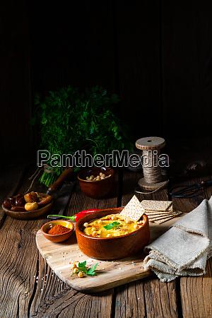 koestliche hummuspaste mit zitrone und chili