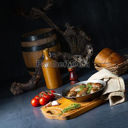 hausgemachte weisswurst mit zwiebeln und kraeutern