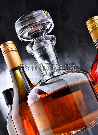 karafe und flaschen mit verschiedenen alkoholischen