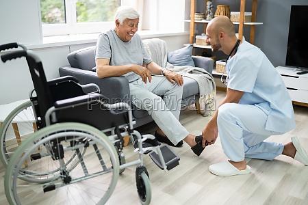 alte seniorenpflege patient mit krankenschwester